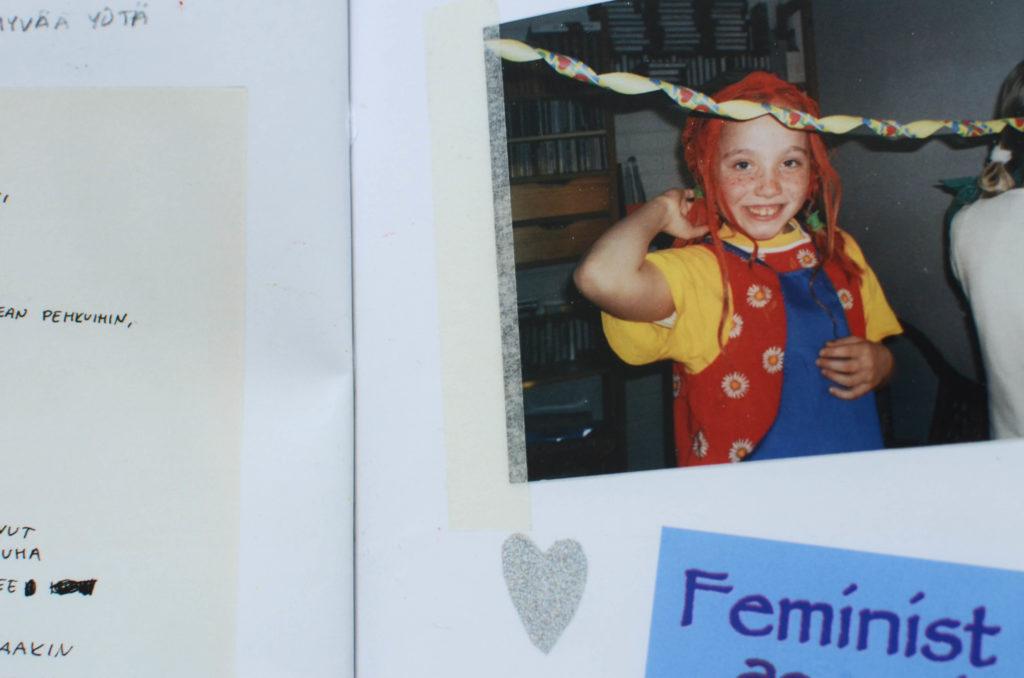 Kuva teoksen aukeamasta, jolla mm. Töllin lapsuuskuva hänestä Peppi Pitkätossuna